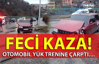 Feci kaza! Otomobil yük trenine çarptı....
