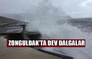Zonguldak'ta dev dalgalar 7 metrelik istinat duvarını...