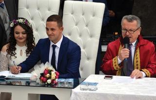 Uzman Çavuş ilçe meydanında evlendi...