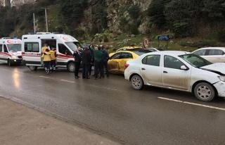 Ambulansa yol vermek istedi, kafa kafaya çarpıştı...