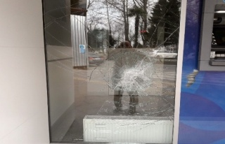 Banka kredi vermeyince, camlarını kırdı...