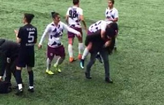 Sakatlanan futbolcusunu sırtında taşıdı