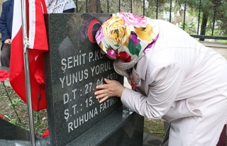 Şehidin mezarını öpüp, gözyaşı döktü...