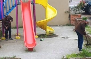 Çocuk parkında iki adam…