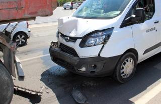 Kamyon minibüse çarptı: 1 yaralı