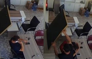 İşyerinde otururken bir anda kafasına düştü