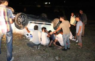 Yaralı halde, devrilen arabanın altında cep telefonu...