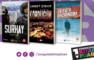 Vali Çınar kitaplarını imzalıyor!