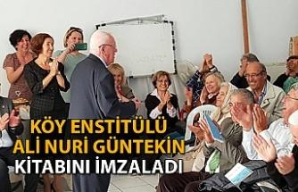 Köy Enstitülü Ali Nuri Güntekin, kitabını imzaladı
