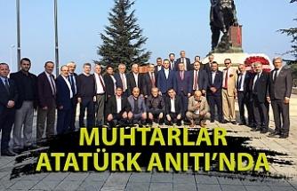 Muhtarlar Atatürk Anıtı'na çelenk sundu