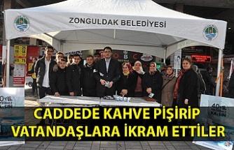 CADDEDE KAHVE PİŞİRİP VATANDAŞLARA İKRAM ETTİLER