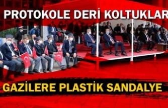 Protokole deri koltuklar, gazilere plastik sandalye