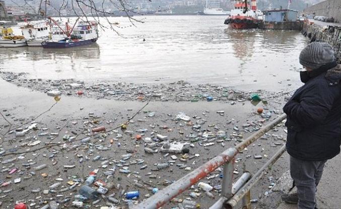 Derelerin getirdiği çöpler limana doldu...