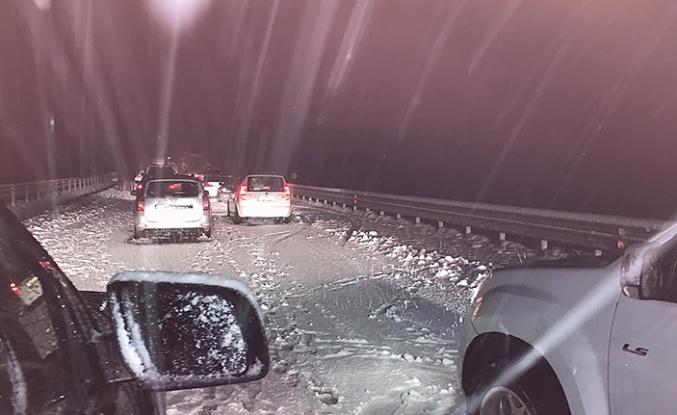 Ankara yolu kapandı... Çok sayıda araç bekliyor...