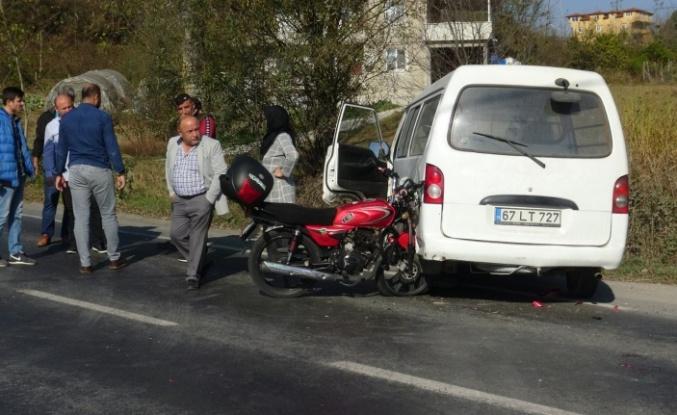 Motosiklet minibüsle çarpıştı